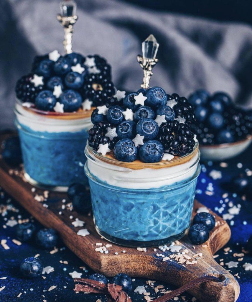 deser z niebieską spiruliną